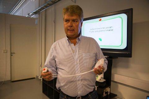 Steinar Bredesen viser frem bevegelsessensoren som vil varsle ved innaktivitet.