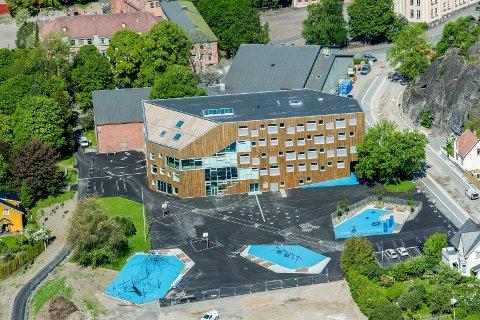 Snart klart: Om 38 dager kommer de første elevene til nye Mesterfjellet når SFO åpner dørene. Flyfoto: Bjørn Jacobsen