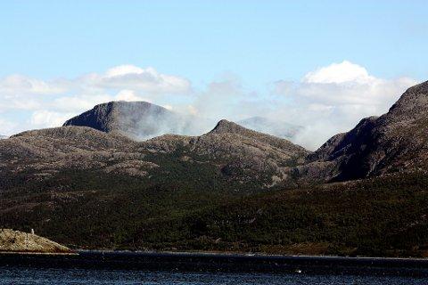 Den første røykutviklinga. Fotoet er teke frå Kalvåg.