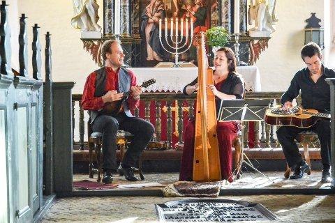 Vellykket åpning: Petter Udland Johansen (t.v.), Arianna Savall og Sveinung Lilleheier åpnet Kammermusikk i Stavern med konsert i går kveld.Foto: Truls Lian