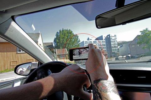 FRITT FRAM?: Vest-Finnmark politidistrikt brukte mobiltelefon til å fange en råkjører i Honningsvåg. Helt lov, mener politiet. Nordlys presiserer at illustrasjonsbildet ble tatt mens bilen stod stille.