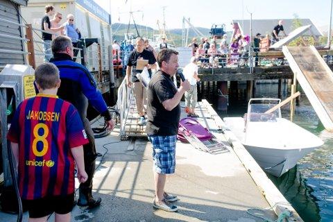 I SHORTS: Kjell Idar Juvik er stortingsrepresentant for Nordland fylke og festivalsjef for Hemnes båt- og fjord. I disse feriedager har stortingsrepresentanten fått seg av dressen og opptrer her som konferansier for vannaktivitetene i marinaen under festivalen.