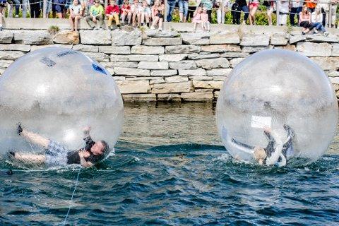 KONKURRANSE: Under vannaktivitetene ble det arrangert konkurranse mellom festivalsjef Juvik og festivalsjef for Hemnesjazz, Marte Præsteng. Det ble uavgjort i en noe klomsete løpe-inne-i-en-ball-på-vann-duell.