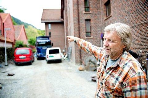 Iver Schonhowd peker og forklarer hvor de ulike pumpene og grøftene går i det intrikate, underjordiske systemet.