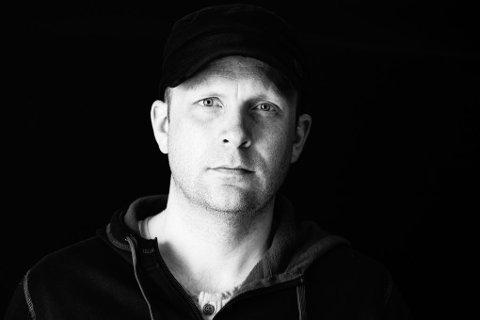 Vokalist i Violet Road, Kjetil Holmstad-Solberg, bidrar.