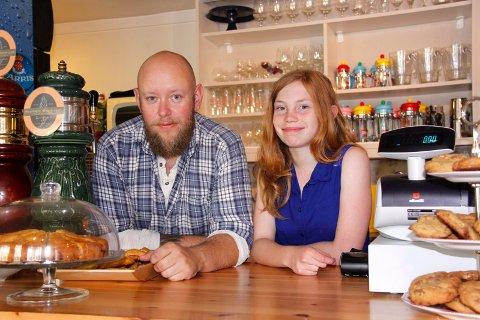 NYÅPNET: Arild Larsen har åpnet kafeen Kaffelarsen, og med på laget har han datteren sin, Margit Martinsen.