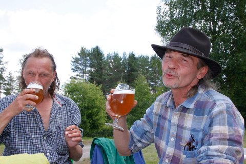 GODT ØL: Roy Høyen (t.v.) og Børge Ludvigsen er imponert over ølet.