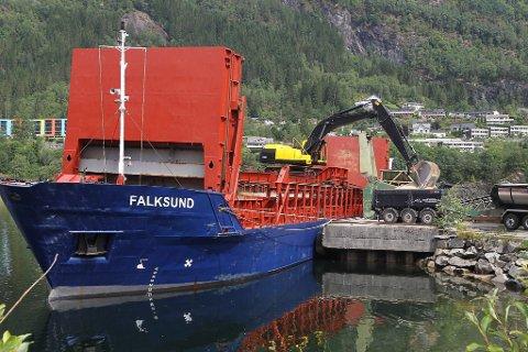 I helga la denne båten til kai på Øyrane i Førde. Ombord hadde den 1150 tonn med sand som sandvolleyentusiastar skal få glede av.