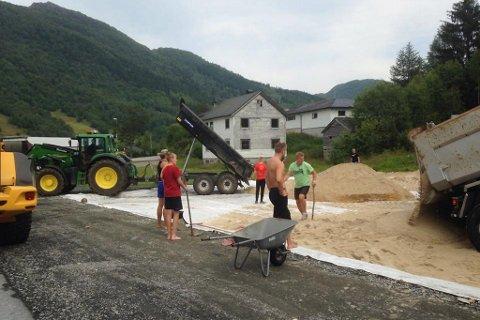 Dugnadsinnsatsen var stor på Sande då dei 20 lassa med sand vart frakta til Sande stadion.
