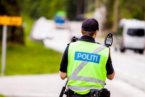 AKTIVE: Politiet varslar fleire kontrollar for å få ned snittfarta i framtida. Her frå ein kontroll på Åse, sommaren 2013.