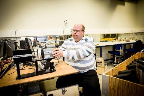 DATATEST: Overingeniør Jan-Erik Holmen bruker spesielle dataprogrammer for å simulere hastighet.