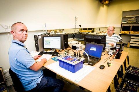 FOTOBOKS: Overingeniør i Justervesenet Peter Hansrud-Kjær sjekker fartsmåleren fra en fotoboks.
