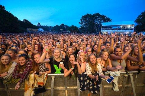 Stor steming: En fullsatt festplass i Skråvika skapte en intens atmosfære rundt konsertene under de tre festivaldagene. Foto: Joachim Hellenes