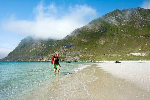 Elsker fjell: Julie synes det er herlig å starte toppturer nede ved havet. Bak til høyre ligger Mannen, mens Veggen til venstre er delvis skjult i tåka. Foto Jon Olav Larsen