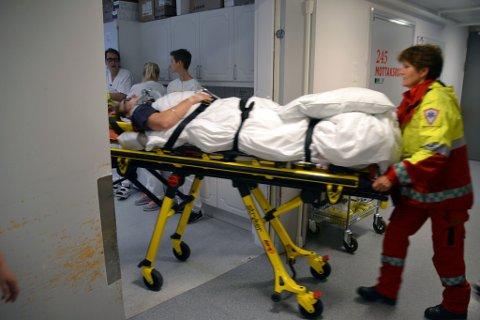 Inn til akuttrommet: Ambulansefolkene Anne Berit Helle og Tor Einar Mitterschiffthaler ruller inn båren med en skadet mann til akuttrommet på sykehuset. Der står traumeteamet og venter.