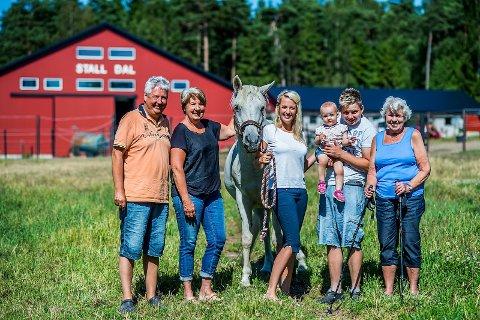 1 familien: Tormod Hagren (62), Tone Hagren (57), araberhoppen Ben Gafa (eid av Mona Karlsen), Silje Hagren (25), Thea Marie Hagren Dal (14 måneder), Anders Karlsen (28) og Anne-Kari Dahl (84) bor på Dal Gård. 2 MINSTEMANN: Thea Marie Hagren på 14 måneder er yngstemann og fjerde generasjon i familien som er bosatt på gården. 3 EIEREN: 25 år gamle Silje Hagren kjøpte familiegården i 2009. Hun er tredje generasjon. 4 OLDEBARN: Tone Hagren (57) er andre generasjon og oldebarn av de første familiemedlemmene som kjøpte gården på 1870-tallet. 5 MOR: Eldstemann og første generasjon på gården er Anne-Kari Dahl. Hun blir bare omtalt som mor av alle med tilknytning til stedet. Hun har bodd på gården siden 1949.