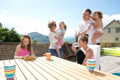 Her er hele den miljøbevisste familien samlet. Fra venstre: Kimi (10), mamma Alena, Isla (5), pappa Frank, July (4) og Kiara (12).