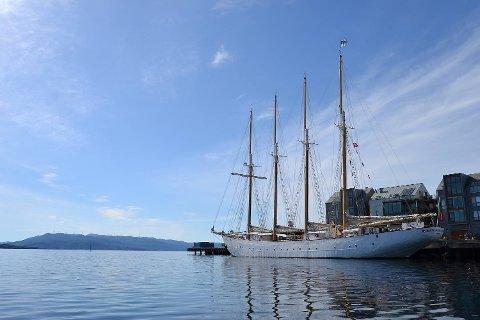 Fartøyene som deltar i Tall Ships Races er i ferd med å nærme seg Bergen. Blant annet ligger skonnertskipet Santa Maria Manuela fra Portugal til kai i Bekkjarvik frem til festlighetene starter.