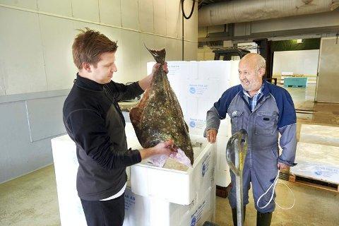LOKALE RÅVARER: Kjøkkensjef Andreas Holmboe henter fersk fisk hos Bjarne Moe ved Rørvik Fisk hver dag.