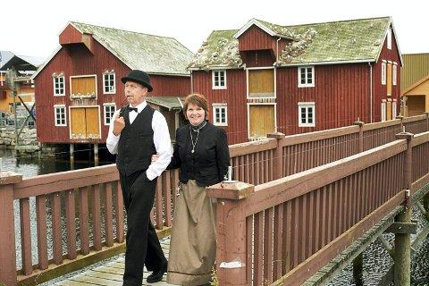 HISTORISK VANDRING: Turistvertene Stein Bjørnæs og Sigrid Moe (her i rollene som Johan Berg og Betzy Berg) inviterer i hele sommer til historisk vandring i gamle Rørvik, inkludert handelsstedet Berggården og Norsk Telemuseum.