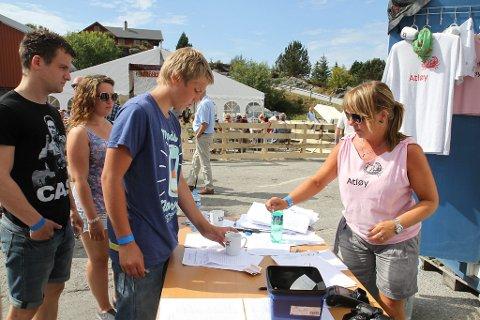 HELD ORDEN: Anne Cathrine Hatle hjelper store og små på festivalen.