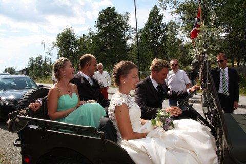 Øystein kjørte selv av gårde med Ellen og forloverne Ida Stange Foss og Henrik Kvissel.