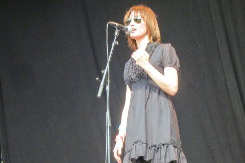 Hege Brynildsen imponerte med svenske sanger i solskinnet.
