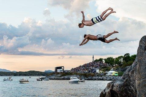 Sturla Ellingvåg og Øyvind Årdal stuper ut i sjøen idet Lars Vaular går på scena.