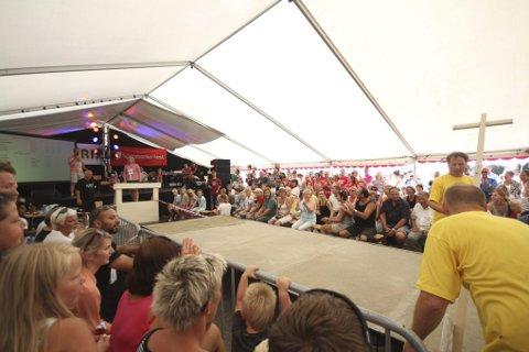 Eit fullt telt følgjer spent med på målinga av spyttet til Gerd Synne Eidnes frå Lofthus. Med 8,79 meter vann ho dameklassen.