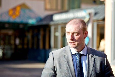 Arbeids- og sosialminister Robert Eriksson (Frp) vil stille strengere krav til de som mottar sosialhjelp.