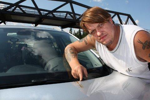 UØNSKET: - Ingen ønsker slike flekker på bilen sin, og det viste seg å være vanskelig å få det bort, sier Kim André Wilson.foto: Per Stokkebryn