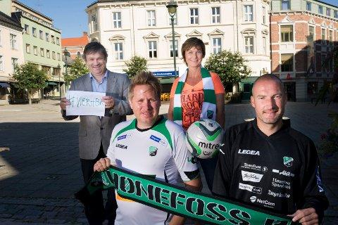 Ordfører Kjell B. Hansen, Tone Thoresen og Jørgen Moe (Ringerike utvikling). Til høyre er Frode Lafton, HBK-trener.