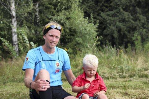 SUPERKONDIS: Jimmy Vika måtte bryte under Kongsvinger maraton, men fullførte tidligere i sommer tre maraton på en dag. Her med sønnen Aksel.