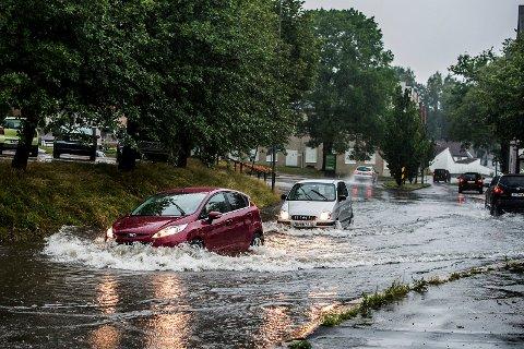 Store mengder regnvann skaper problemer for trafikken i Sarpsborg. Ved jernbanestasjonen har bilene vann opp til panseret.