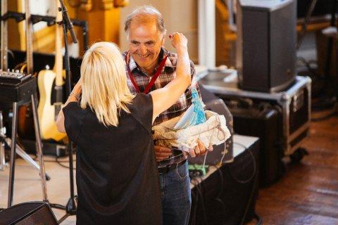 ÆRESMEDLEM: Asbjørn Solhaug ble utropt til æresmedlem under åpninga. Her får han en godklem av konstituert festivalsjef Marte Præsteng.