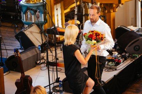 BLOMSTER: Kjell Joar Petersen-Øverleir åpnet festivalen offisielt, og fikk blomster av Marte Præsteng.