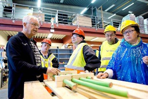 Gjengen følger nøye med når Øyvind Wilhelmsen viser dem rundt på verkstdet. Her forteller han om de spesialproduserte kabelklossene i tre, som Nordnes verksted produserer for BKK.