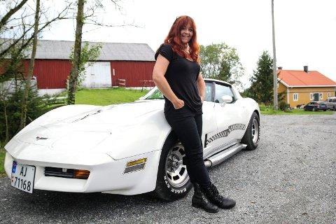 -BESTEMORSBIL: Det er nok ikke alle som forbinder en Corvette C3 med bestemødre, men Lisa Dramstad (46) er ikke som alle andre bestemødre. Etter en stygg ulykke på motorsykkel i fjor, måtte hun bytte ut to hjul til fordel for fire. Ikke like heftig mener Lisa selv, men langt fra kjedelig.