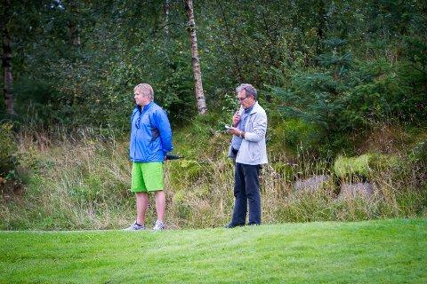 REISEFØLGE: Pappa Bjørn Eirik Berntsen og bestefar Jan Steinar Simonsen føl spente med når Kristin spelar.