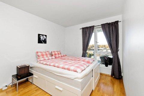Det handler om å skape en nøytral stemning i rommet. På før-bildet blir sengetøyet for hjemmekoselig.