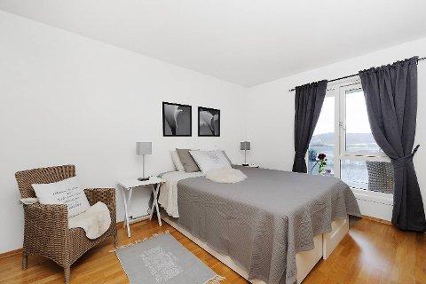 De samme gardinene, men nytt sengeteppe, for å lage følelsen av ro og harmoni.