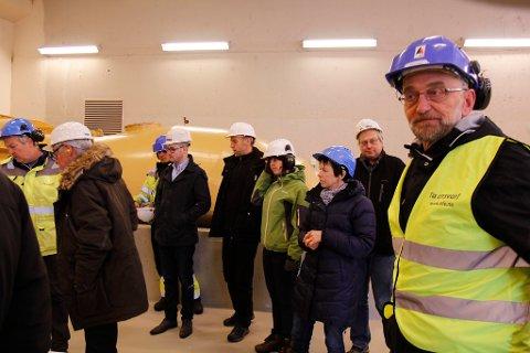 Ola Lingaas (t.h) var med på kommunestyet si synfring i dei tre kraftstasjonane i Gloppenelva i fjor. Her frå Eidsfossen.