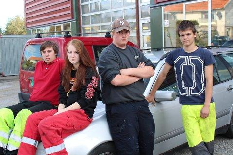 ER IKKJE REDD: - Dei aller fleste her ute køyrer fint, meiner David Rossland (f.v.), Lisbeth Viken, Øystein Haugli og Simen Laastad på Austrheim Vidaregåande s kule. Dei tre gutane vil halda fram med å køyra bil til skulen.