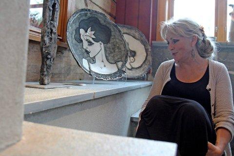 Lillian Vedvik er ein av dei sju kunstnarane som har teke turen frå Fredrikstad til Jølster, for å stille ut kunsten sin. Salsutstillinga ?Eureka? står på Jølstramuseet ut september