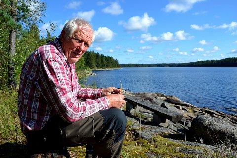 FORNØYD: Johan Bjørnstad, nærmeste nabo til Tvetervann, er ikke provosert over de strenge restriksjonene. - Vi har ingen rett i forhold til Tvetervann - den har Fredrikstad kommune, sier han.