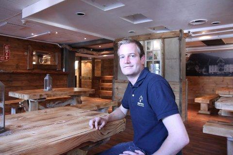 Den brune puben i kjellaren på Gloppen hotell har fått ny drakt. Og direktør Preben Moen er godt nøgd.  ? Den styrker hotellet sitt særpreg, seier Moen.