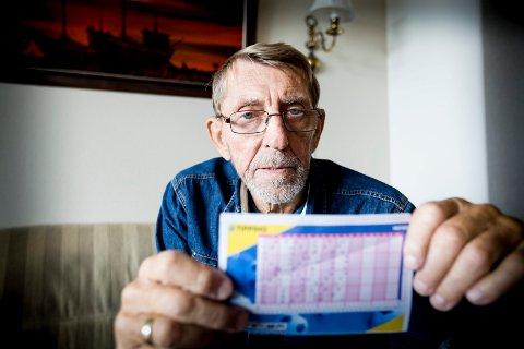 TIPPING SOM BINGO? Jan Bergersen vil ikke slutte å tippe, men er svært overrasket over at Norsk Tippings maskiner leser flere tippetegn feil.FOTO: TOM GUSTAVSEN