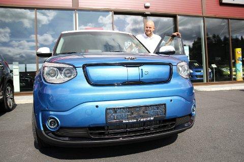 VELDIG BRA: Kia-selger Simen Bystrøm sier at etterspørselen etter den nye elbilen har vært større enn forventet.