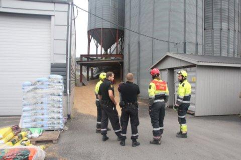 Et stort apparat fra brannvesenet og politiet er på plass ved Mølla i Vestby etter at en kornsilo har ramlet sammen.