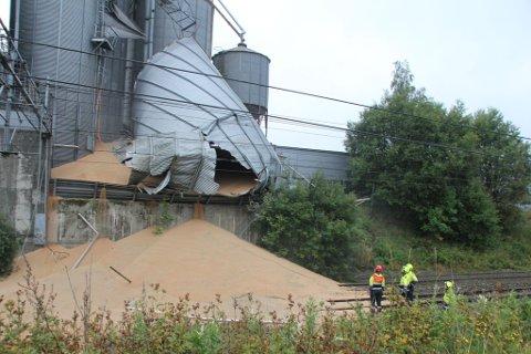 Det er flere hundre tonn korn som har ramlet ut på togskinnene.